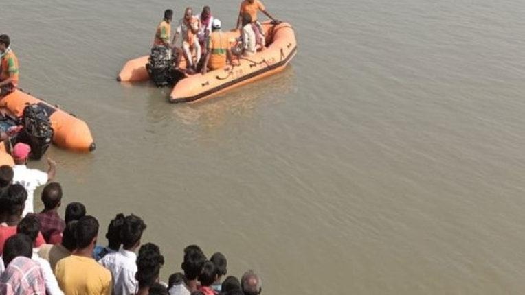 boat flipped in Bhagalpur